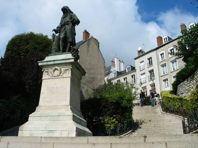 La statua di Denis Papin, celebre personaggio cittadino. © OTBC