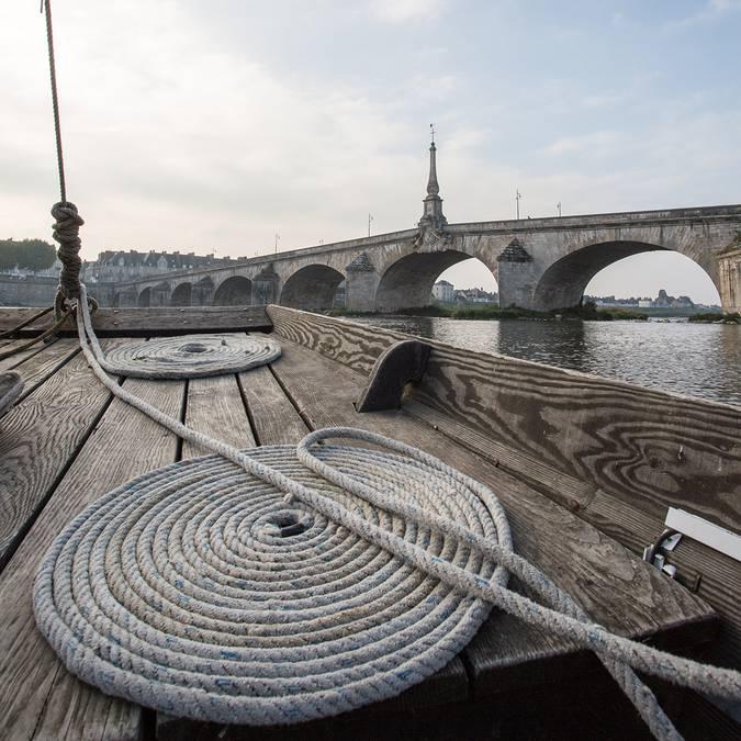 Su una barca davanti al ponte Jacques Gabriel di Blois