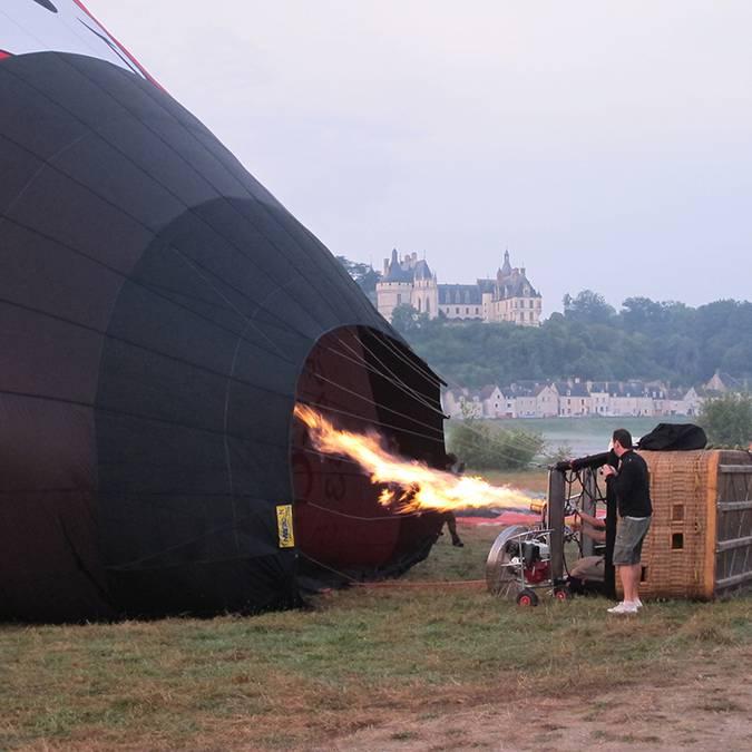 Il pilota accende il bruciatore della mongolfiera