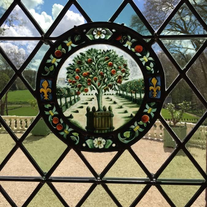 Le vetrate policrome della tenuta reale del castello Gaillard © OTBC