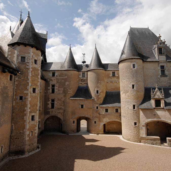Il cortile interno del castello di Fougères-sur-Bièvre