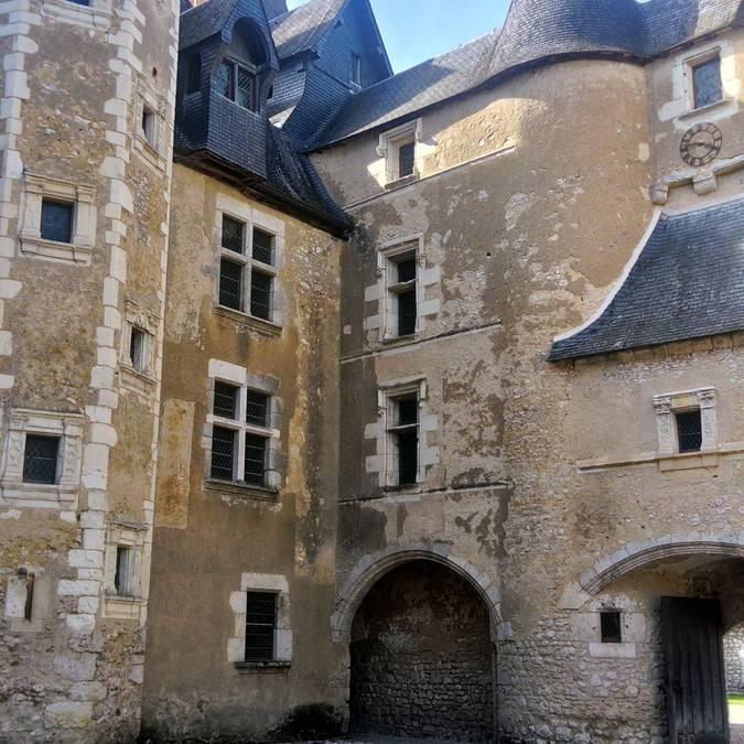 Il cortile del castello di Fougères-sur-Bièvre