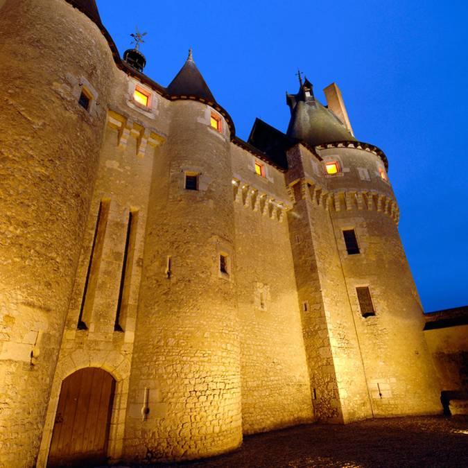 Facciata del castello di Fougères-sur-Bièvre di notte