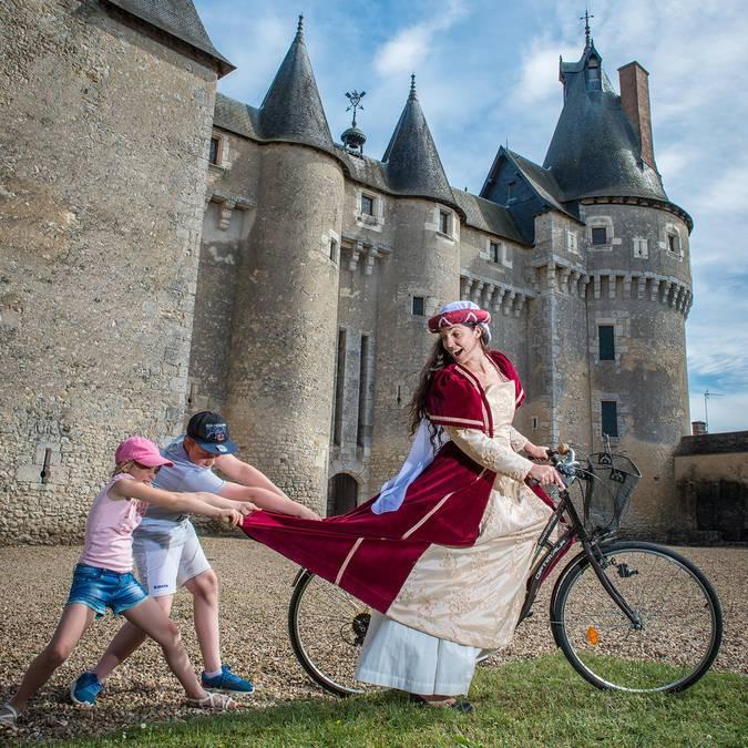 Castello di Fougères-sur-Bièvre, donna in costume su una bicicletta